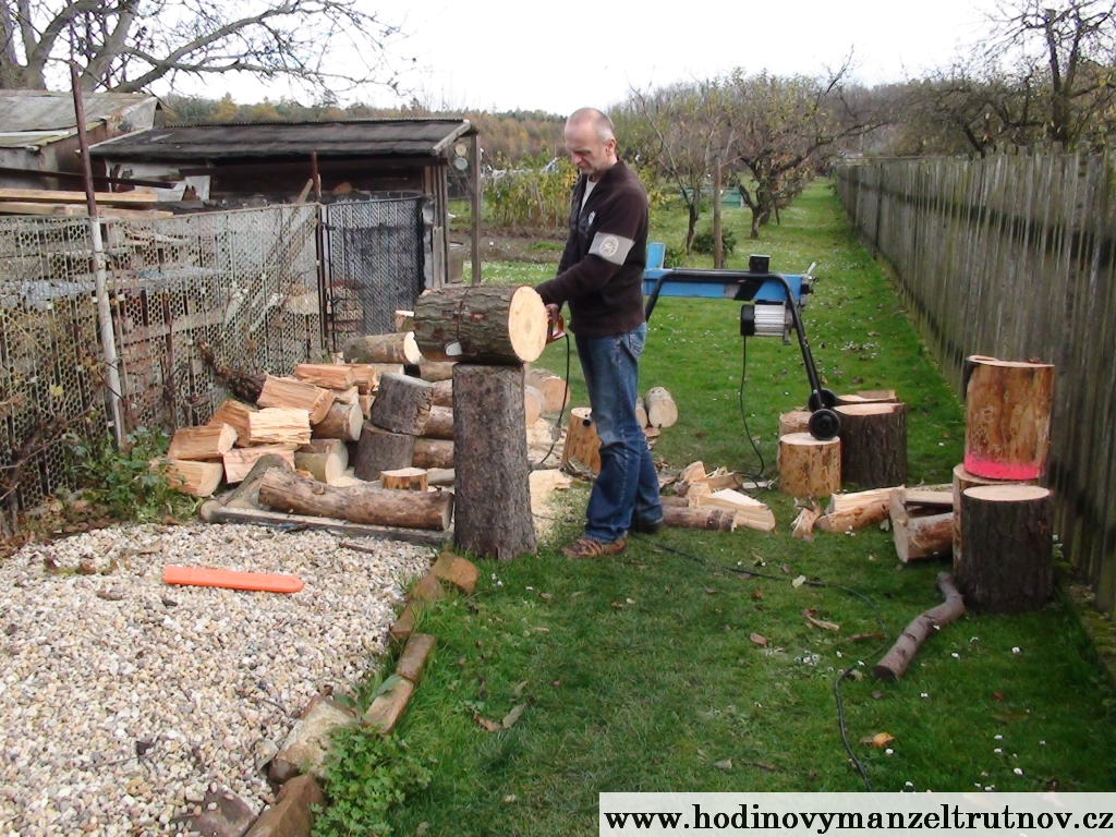 Řezání dřeva motorovou pilou